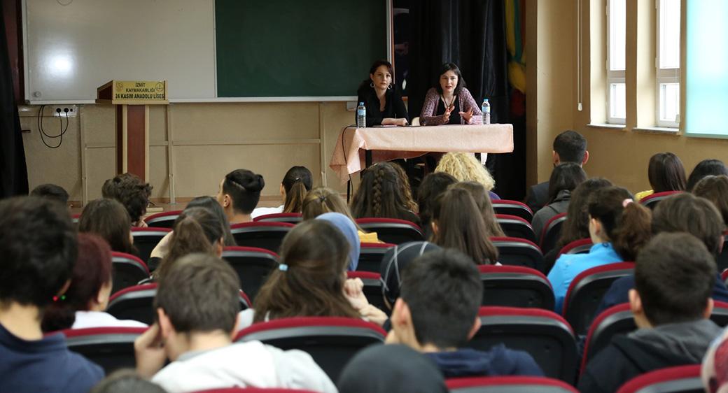 Tiyatrocular, öğrencilerle tecrübelerini paylaştı